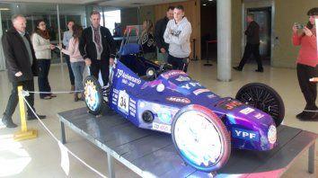Exhiben un auto eléctrico hecho por estudiantes