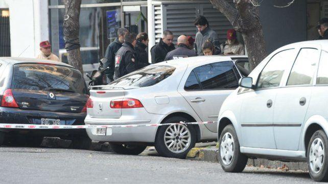 El Renault Laguna en el que iba la vícitma quedó de frente a la cochera.
