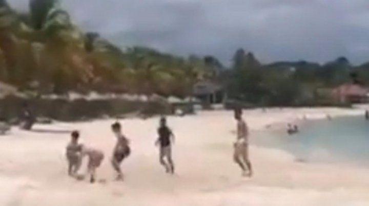 Messi jugó un picadito en la playa con Thiago y tres amigos