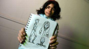 Clara muestra uno de los bocetos que guarda en su cuaderno de dibujos.