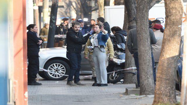 El fiscal Miguel Moreno y la pareja de Ariel Señuque delante del auto donde mataron al hombre.