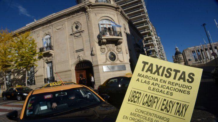 Los tacheros afirman que la empresa española continúa despachando viajes en la ciudad.