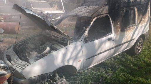 El vehículo quedó arruinado por el fuego