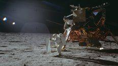 Buzz Aldrin despliega un dispositivo experimental de viento solar en la superficie de la luna.