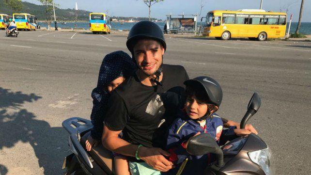 Con Helena y Santino en moto, el vehículo por excelencia de los vietnamitas.