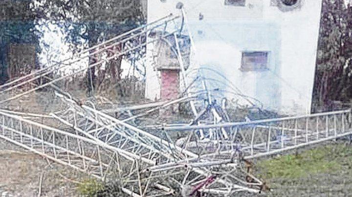 Desplomada. La torre de hierro cayó por tramos y no dañó a nadie.