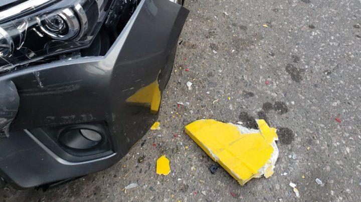 Un colectivo chocó dos autos estacionados y ocasionó destrozos