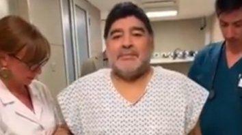 maradona volvio a caminar tras la operacion de rodilla