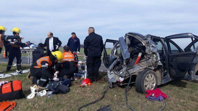 Policías y bomberos de la zona trabajan en la atención de los heridos.