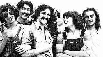 Fito Páez, Sergio Sainz, Rubén Goldin, Zappo Aguilera (semitapado), Silvina Garré y Juan Carlos Baglietto. La foto la sacó Fabián Gallardo.