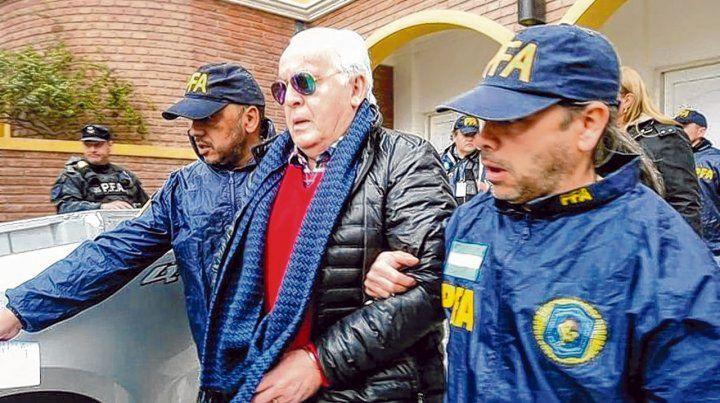 El final. Herme Juárez salió esposado de su casa y escoltado por oficiales de la Policía Federal.