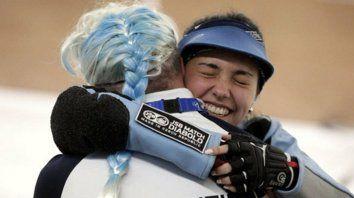 La misma alegría. La riojana descargó toda la emoción en un abrazo interminable con una compañera del equipo de tiro.