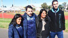 Equipo completo. Yanina, Martín Arroyo, la madre de Yanina, y Brian, en el estadio municipal cuando pidieron pasajes para tres.