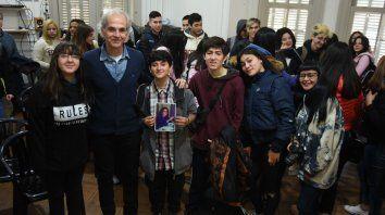 Marcelo Márquez vivió una emotiva jornada rodeado por los chicos y chicas de 5º E de la Escuela Secundaria Bernardino Rivadavia, institución a la que asistió su hermana María Cristina, víctima de la dictadura.