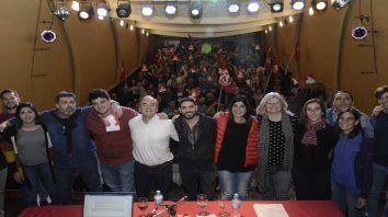 Abrazos. El sector interno del socialismo realizó ayer su congreso fundacional en Empleados de Comercio.