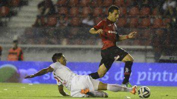 Maxi gambetea en el último partido en Avellaneda entre leprosos y diablos rojos, en 2004. Newells perdió 1 a 0.