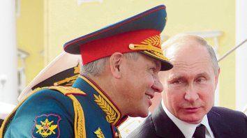 Eterno. Putin, a gusto en ceremonias militares, rodeado de generales.