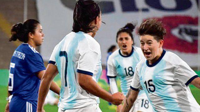 Festejo. Yael Oviedo marcó el gol que selló el partido y celebra con Yamila Rodríguez.