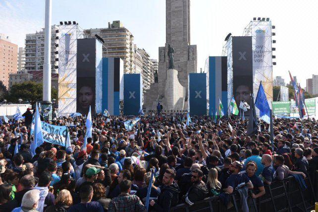 Calor y color en la previa del acto de cierre de campaña de Alberto Fernández y Cristina