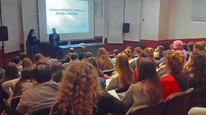 En marcha. Los alumnos de medicina que se sumaron a la propuesta participaron de una capacitación en la facultad.