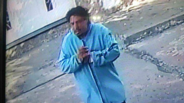 El delincuente,captado por una cámara, antes de cometer el robo.