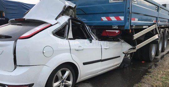 El Focus se incrustó en la parte trasera del camión. (Foto:@SERGIO_SRAMIREZ)