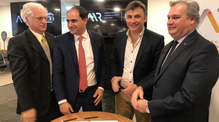 Los representantes de la empresa adjudicataria junto a Galíndez y el ministro Farías firmaron el contrato por la compra e instalación del ALS.