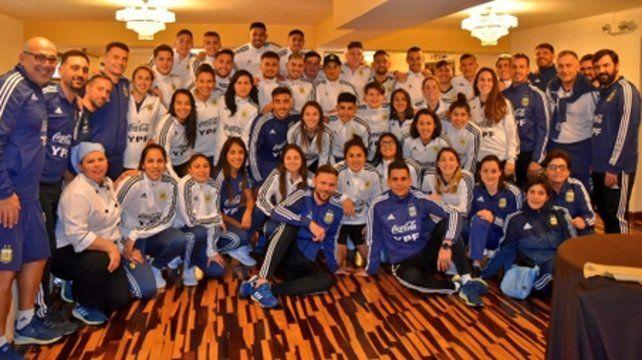 Todos juntos. Los equipos nacionales se encontraron tras el almuerzo y aprovecharon unos minutos libres para fotografiarse.