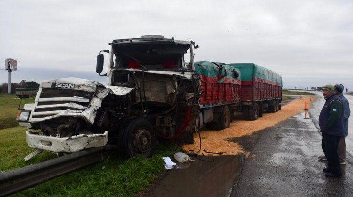 Uno de los camiones terminó con su carga desparramada.