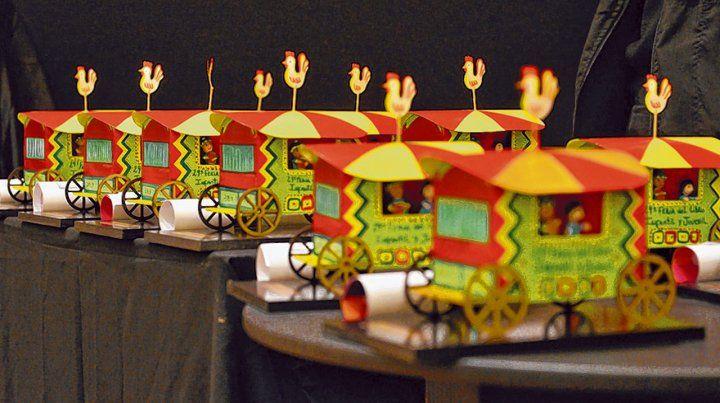 El Premio Pregonero consiste en una réplica en miniatura de la mítica carreta La Andariega