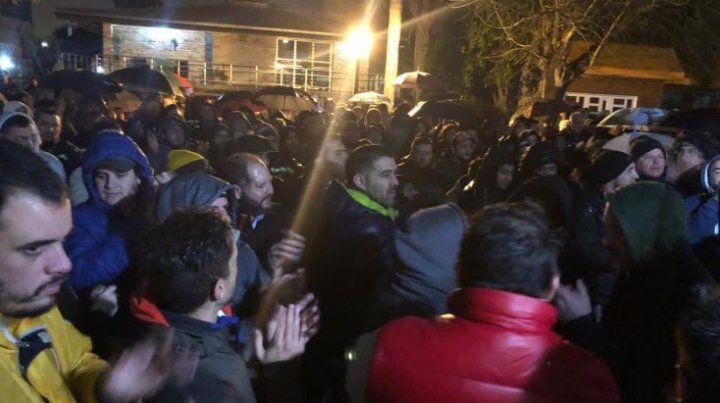 Los estibadores hicieron un abrazo solidario a la Cooperativa de Trabajadores Portuarios.