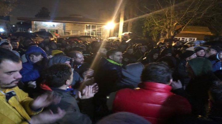 En medio de la lluvia. La concentración fue en la sede de Nerbutti al 200.
