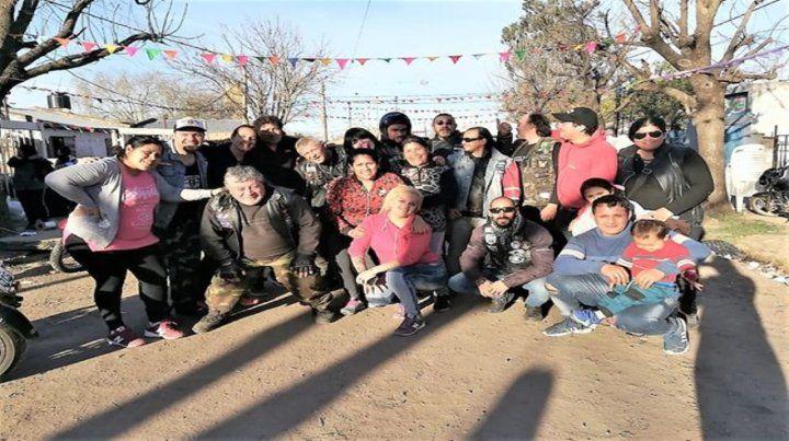 Por los más chicos. Los moteros llevaron donaciones y realizaron mejoras con los vecinos en el barrio Toba.