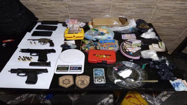 Se hallaron armas y algo de droga.