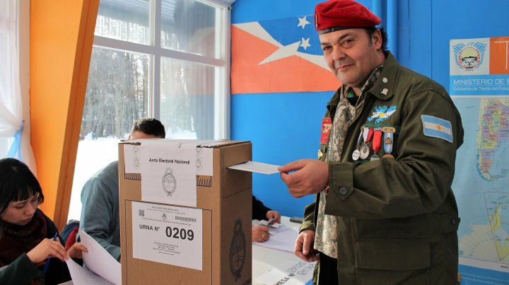 Vestido de soldado, votó el ex combatiente fueguino que fijó domicilio en las Islas Malvinas