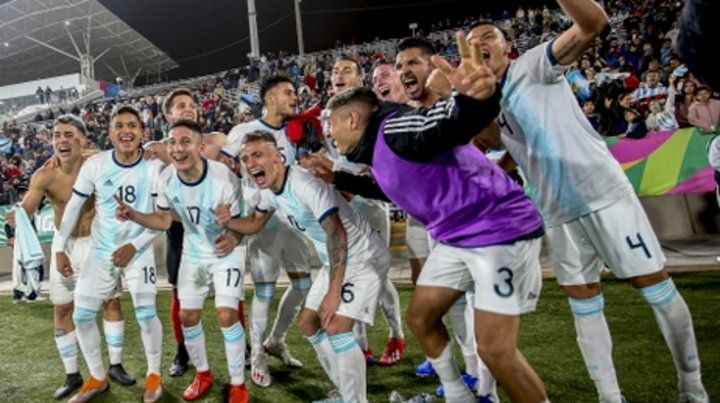 Festejo interminable. La selección de Batista cumplió con el favoritismo y celebra tras el 4 a 1 sobre Honduras en la final.