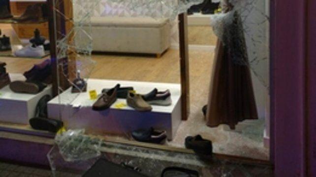 Rotura y robo. Así quedó la vidriera de la zapatería ubicada en Santa Fe y España.