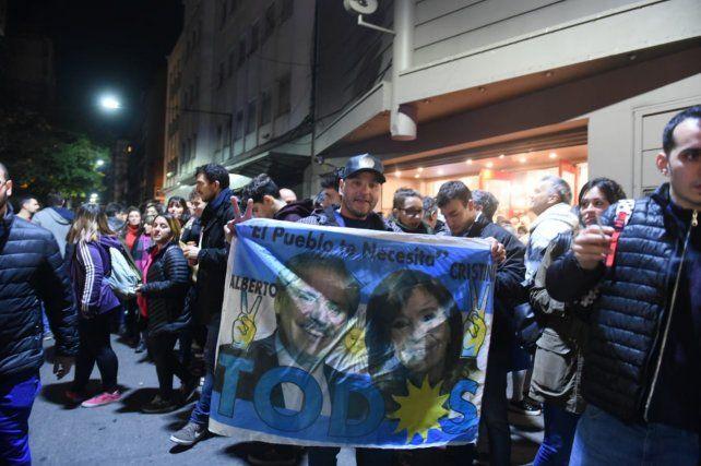 Los festejos frente al búnker del Frente de Todos en Rosario.