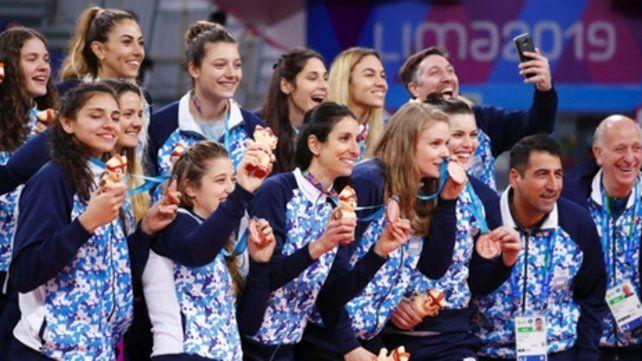 Pura felicidad. Las chicas de Hernán Ferraro celebran la histórica medalla de bronce.