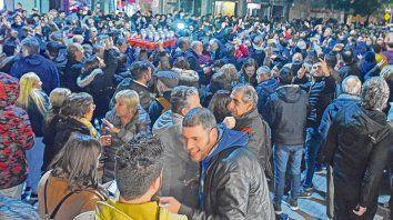 Euforia. Los militantes peronistas festejan afuera del Cine Atlas, el búnker local del Frente de Todos.
