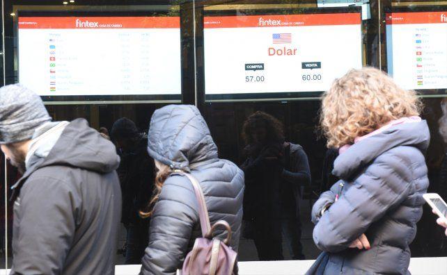 El dólar cerró a 59,5 en la city rosarina tras una jornada marcada por la tensión