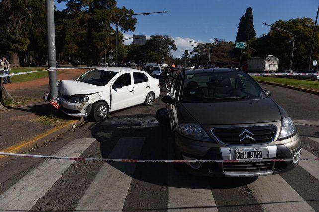 Impactante choque entre un remis y un auto particular