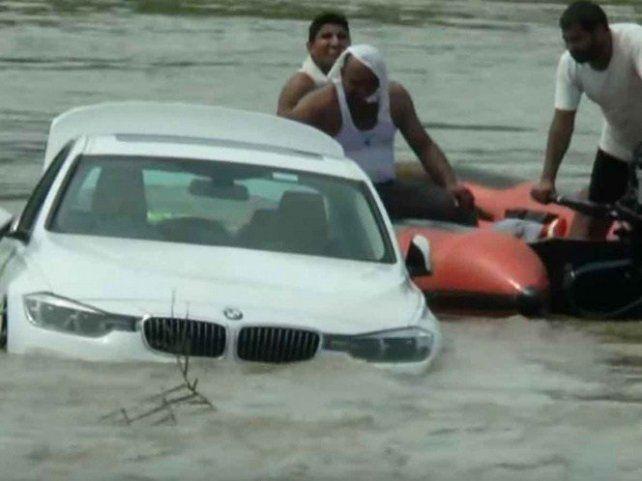 Le regalaron un BMW para su cumpleaños, pero como no le gustó lo tiró al río