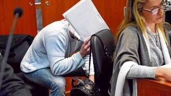 Escondido. Andrés Soza Bernard, de 34 años, se oculta en una audiencia judicial por el crimen de Zulatto.