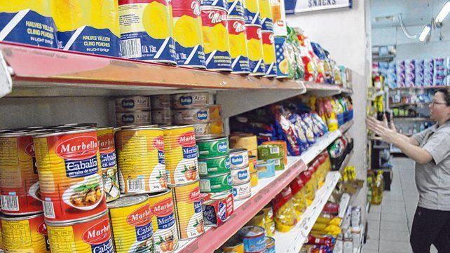golpe. Los comercios esperan nuevas listas de precios de alimentos y bebidas tras la devaluación del peso.