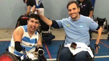 Premiado. Juan Herrera, con la albiceleste, celebra con un compañero el galardón a mejor jugador que recibió en Costa Rica.