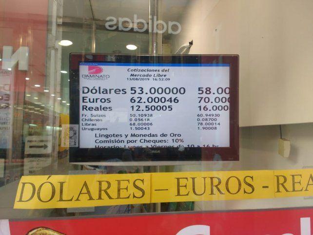 El dólar cerró a 58 pesos en las casas de cambio rosarinas