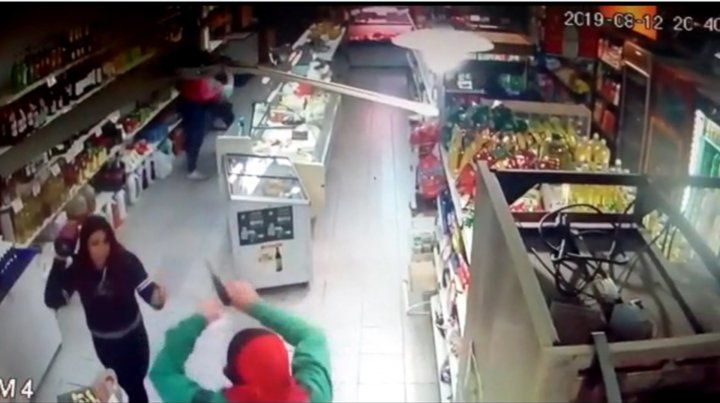 Dos mujeres se enfrentaron a dos asaltantes armados en un supermercado