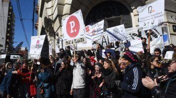Protesta. Los trabajadores de áreas que dependen de Cultura, ayer, en las escalinatas de la Plataforma Lavardén.
