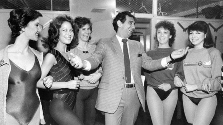 Plácido. Sonríe rodeado por bailarinas de los Rockettes en el Radio City Music Hall